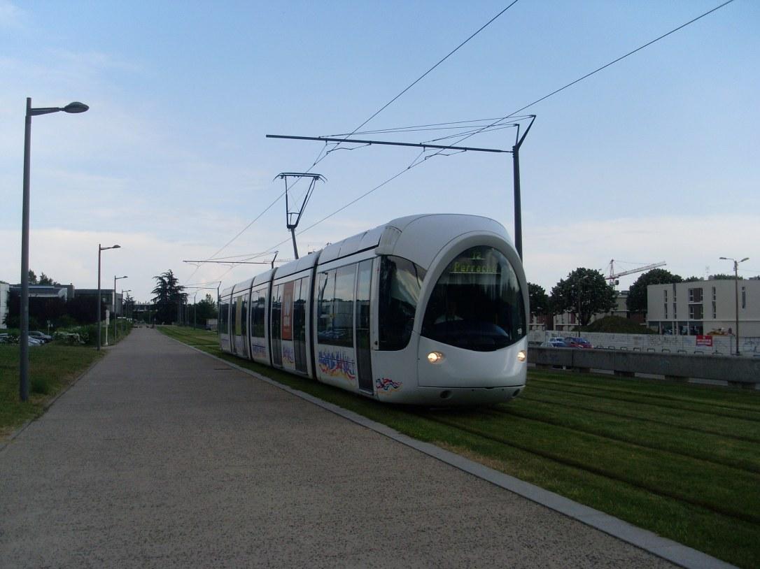 Alstom_Citadis_302_-_Tramway_de_Lyon_-_Ligne_T2_-_Parilly-Université-Hippodrome.JPG